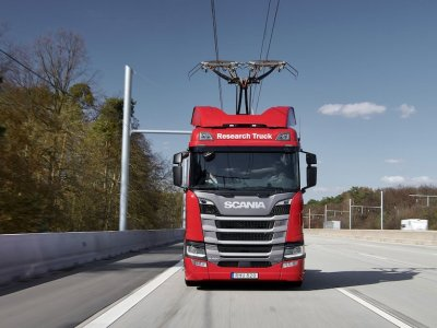 UK trial to electrify 30km of motorway with overhead catenary power